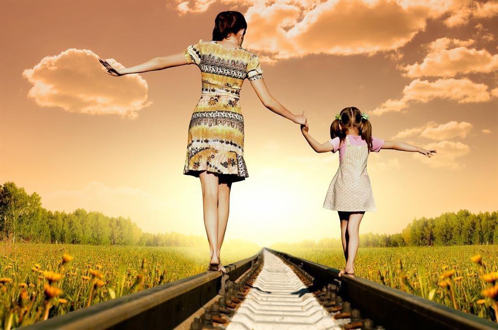 картинка дочка с мамой идут за руку продажа квартир калининград